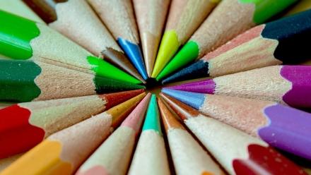 Breng kleur in je sessie! Een kleurrijke ruimte, kleurrijke post-its, kleurrijke stiften, kleurrijk papier enzovoorts. #SpeelseSessies